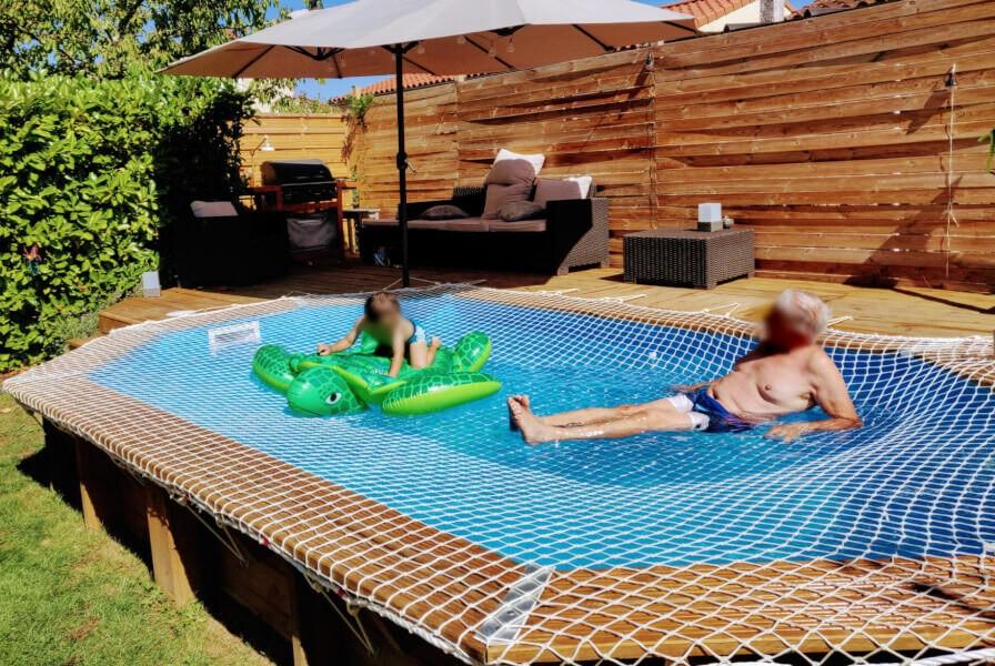 Filet contre les noyades installé sur une piscine