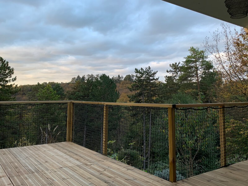 Filet de sécurité installé sur terrasse en bois