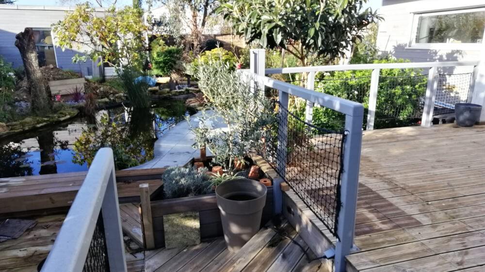 Les filets à usage anti-chute protègent la terrasse en surplomb