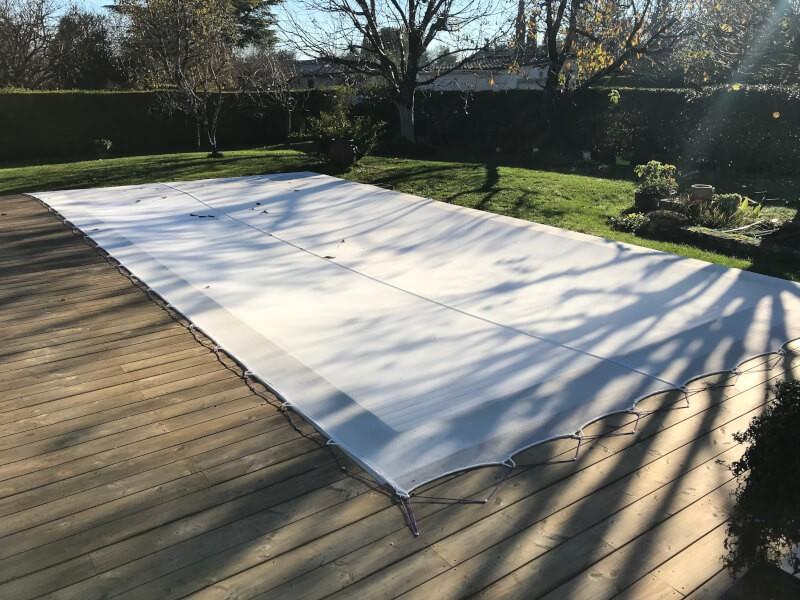 Filet anti-feuilles et salissures blanc sur piscine