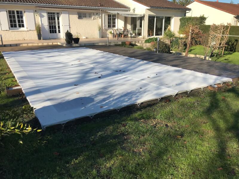 Filet anti-feuilles et salissures blanc sur grande piscine