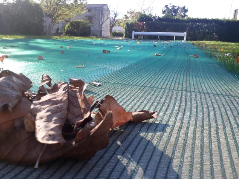 Filet anti-feuilles pour piscine sous de grands arbres