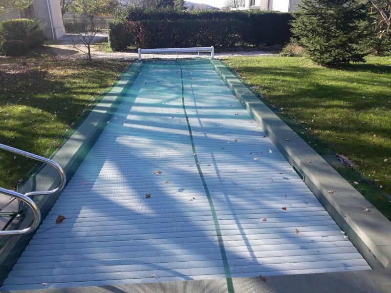 Filet anti-feuilles pour piscine sous de grands peupliers et platanes