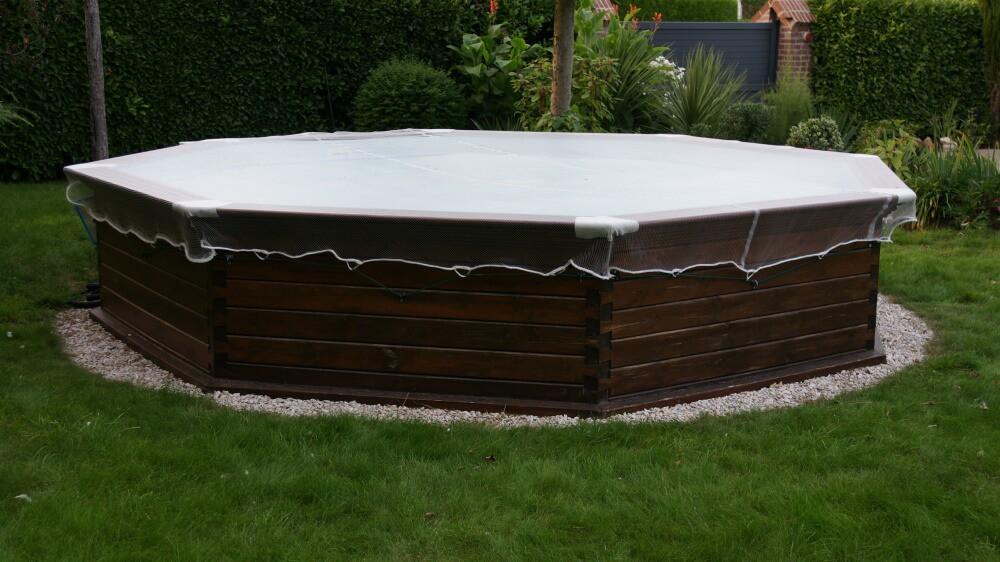 Filet anti-feuilles - Mailles 4 x 8 mm sur piscine hors sol