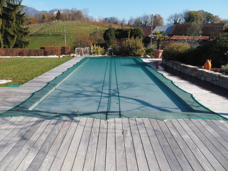 Filet anti-feuilles ultra léger sur piscine