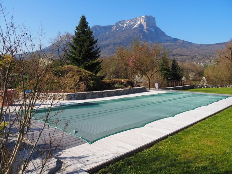 Filet anti-feuilles vert très léger sur piscine