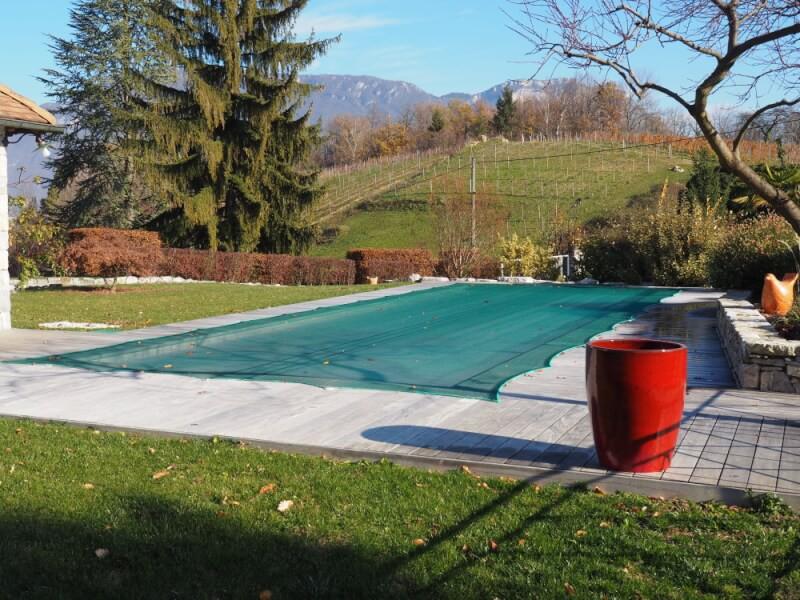 Filet anti-feuilles vert léger pour protéger une piscine