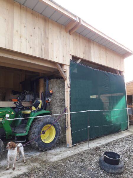 Filet brise-vent protection hangar à foin agriculteur