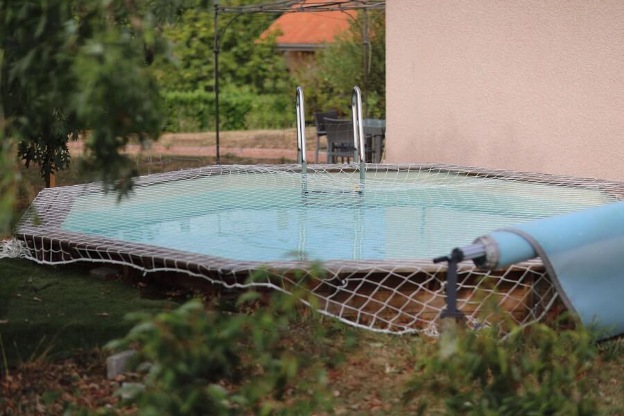 Filet de sécurité anti-chute installé sur une piscine hors sol