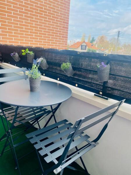 Balcon embelli avec un filet brise-vue de couleur