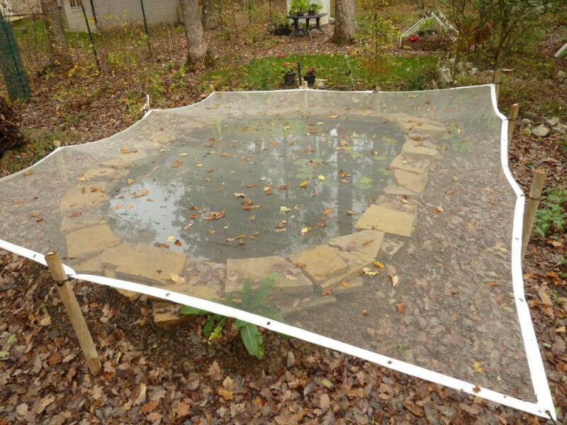 Filet anti-feuilles - Mailles 4 x 8 mm ultra léger installé sur bassin