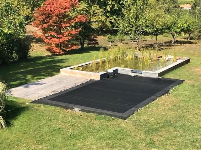 Recouvrir une piscine avec un filet anti-feuilles et poussière sur-mesure