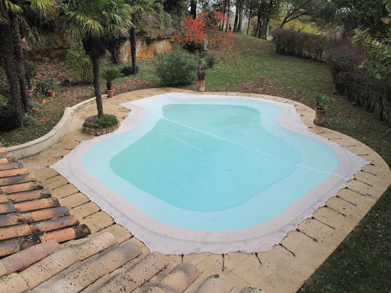 Filet anti-feuilles sur-mesure pour piscine avec forme particulière