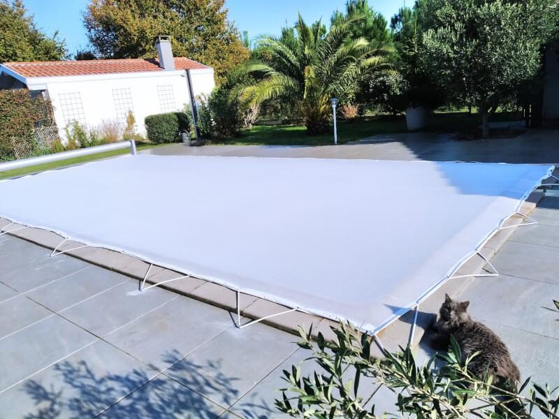 Filet anti-feuilles pour piscine permet de la garder propre