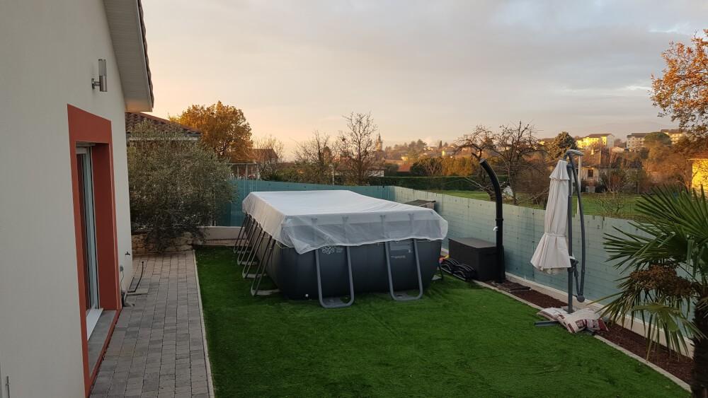 Protéger sa piscine l'hiver avec un filet anti-feuilles et salissures