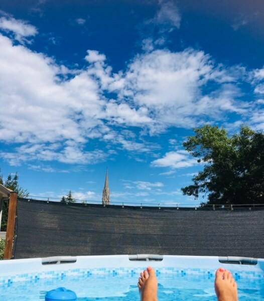 Filet brise-vue de couleur autour d'une piscine