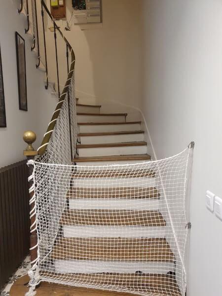 Filet de protection enfants pour sécuriser une montée d'escalier