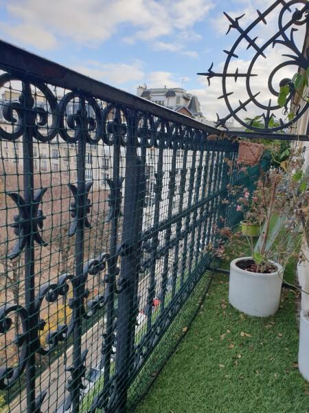 Filet de protection pour chats installé sur rambarde de balcon