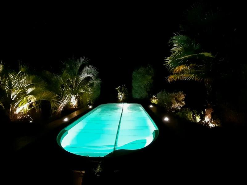 Filet anti-feuilles noir esthétique posé sur une piscine