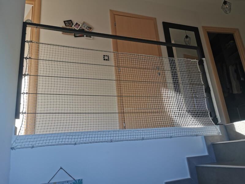 Filet de protection enfants posé sur garde-corps escalier en câble