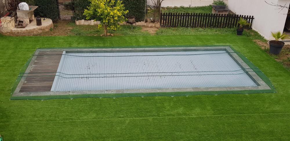 Filet anti-feuilles vert posé sur une piscine