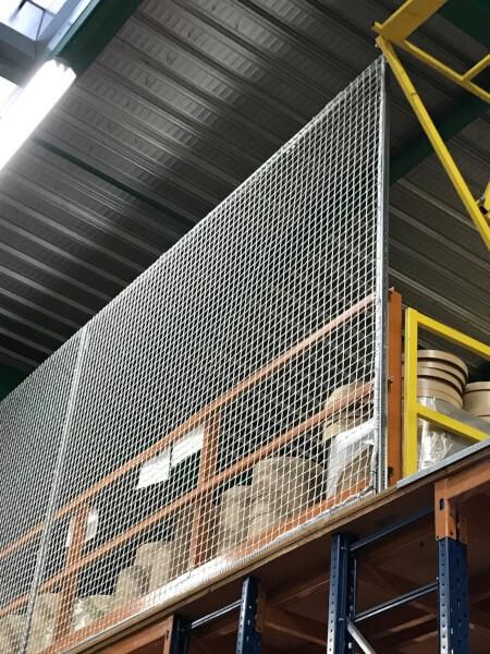 Filet anti chute rayonnage installé dans un entrepôt