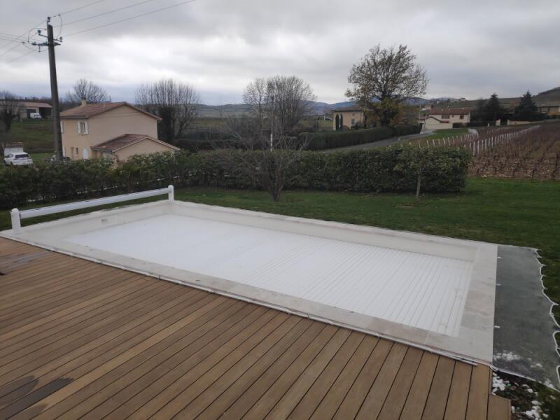 Filet anti-feuilles blanc pour protéger la piscine l'automne et l'hiver