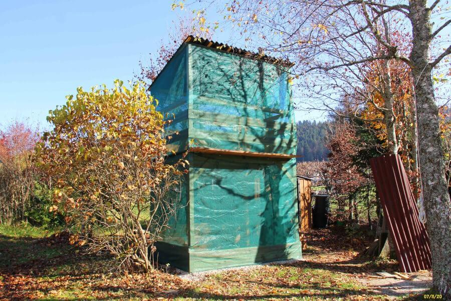 Filets brise-vent pour protéger de la neige une cabane pour enfants