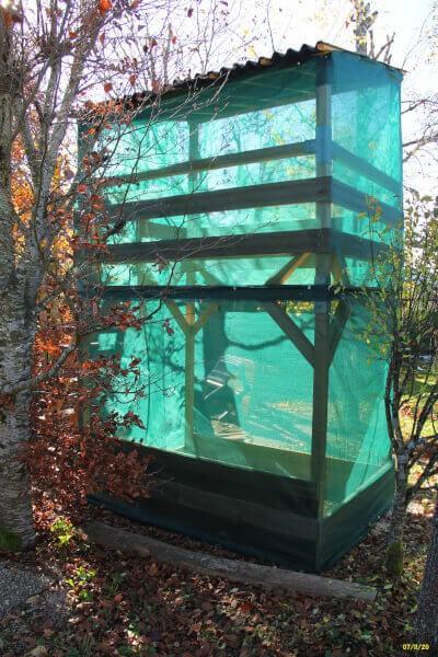 Filets brise-vent pour protéger une cabane pour enfants