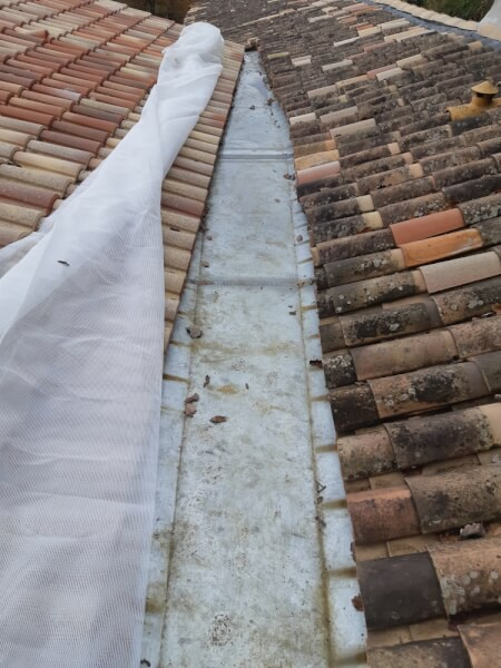 Filet anti-feuilles pour couvrir un chéneau toiture