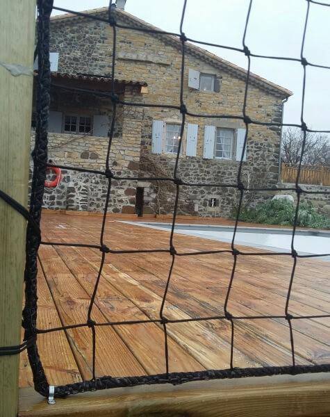 Filet garde-corps pour sécuriser une terrasse bois de piscine