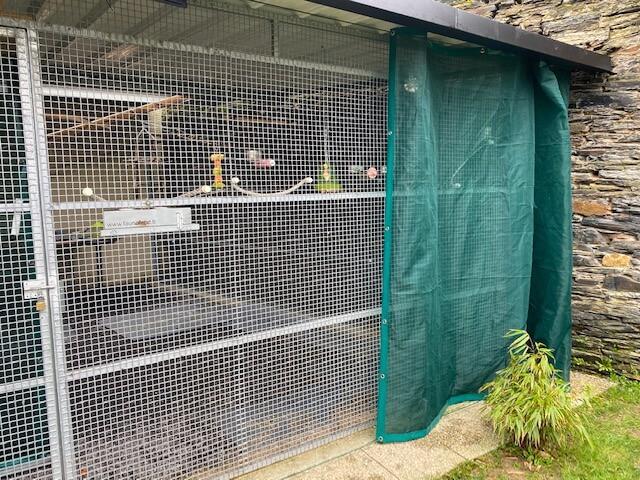 Protéger une volière avec un filet brise-vent en rideau
