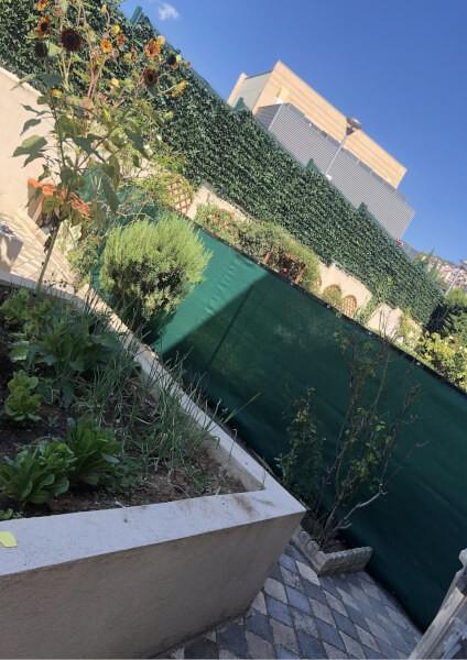 Filet à occultation complète installé en délimitation de jardin