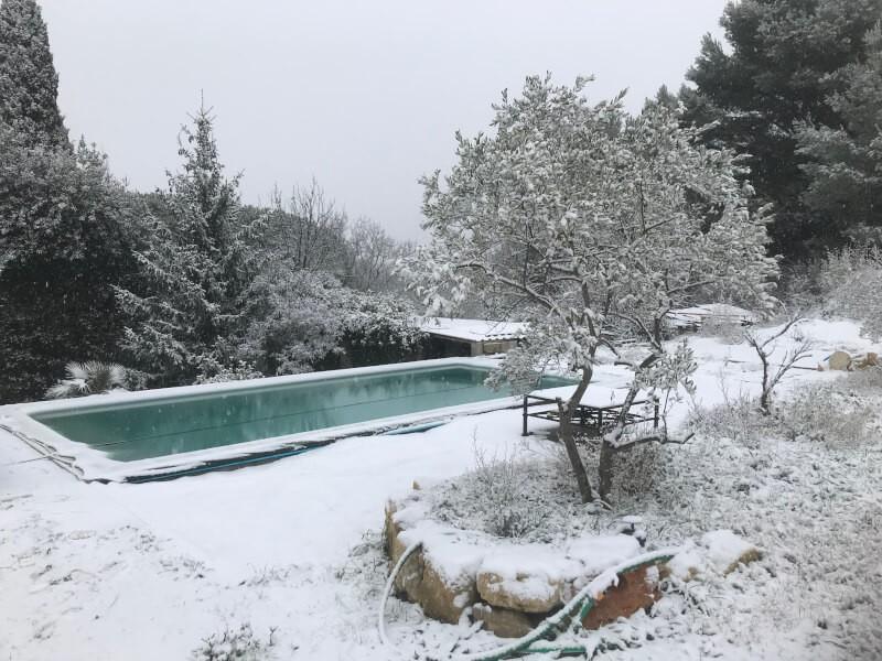 Filet anti-feuilles sur piscine en plein hiver