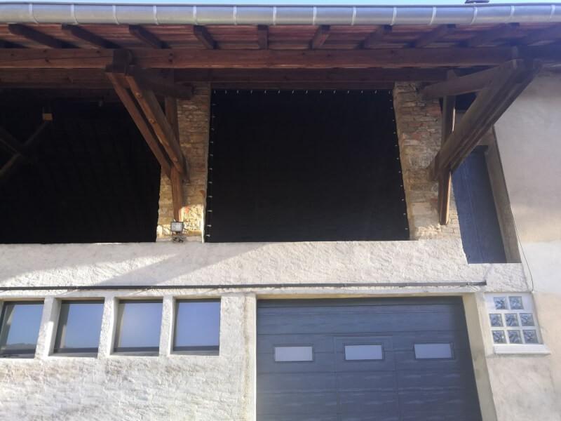 Filet brise-vent noir pour empêcher les tuiles de se soulever dans un grenier