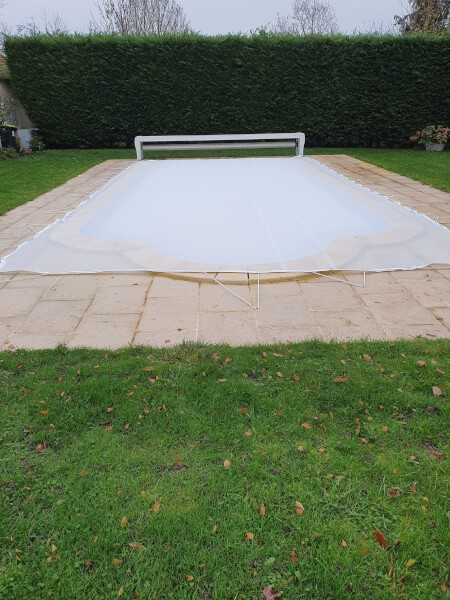 Filet anti-feuilles et salissures blanc pour recouvrir une piscine