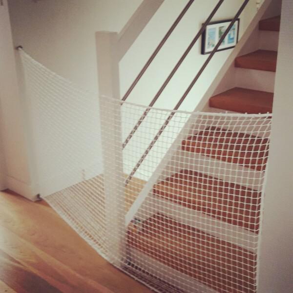 Filet de protection anti chute de l'escalier avec les mousquetons sur platine