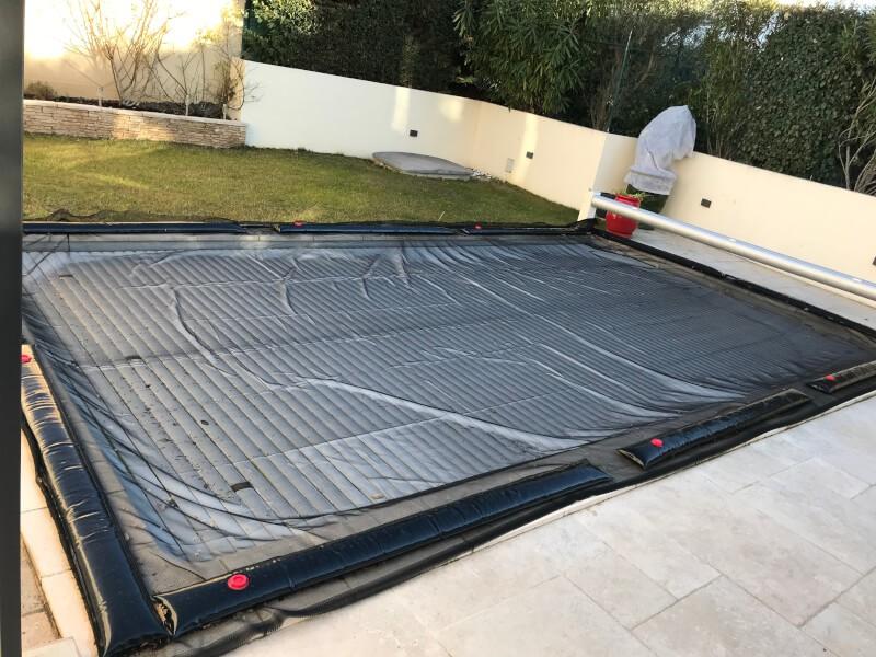 Recouvrir sa piscine l'hiver avec un filet anti-feuilles