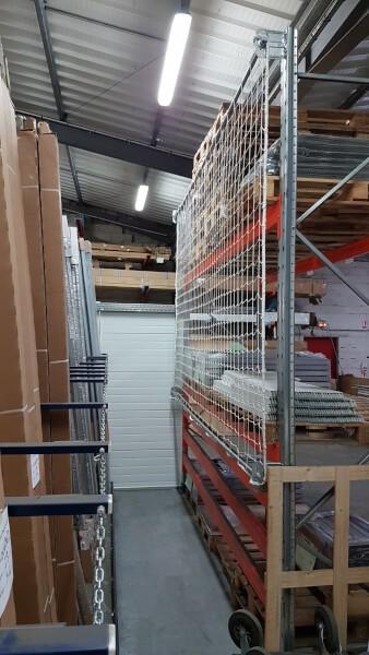 Filet antichute pour sécuriser un couloir étroit dans le magasin