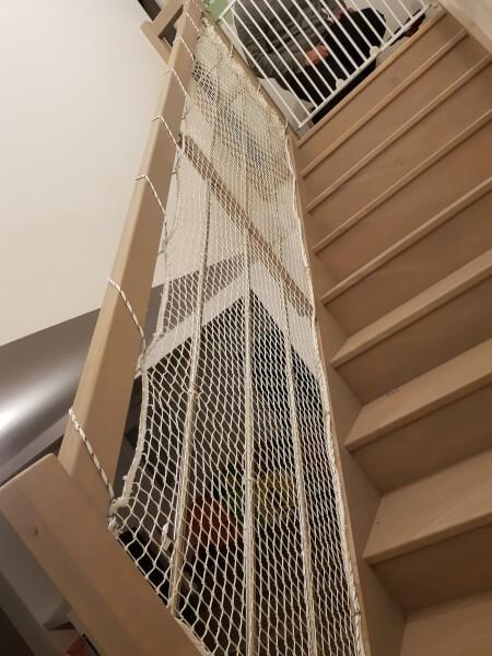 Filet de protection enfants sur rambarde escalier