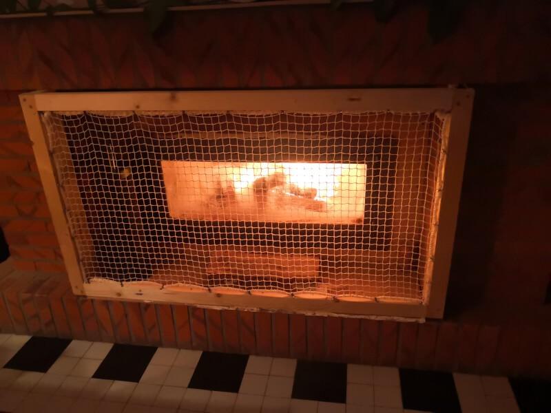 Filet de protection enfants ignifugé devant une cheminée