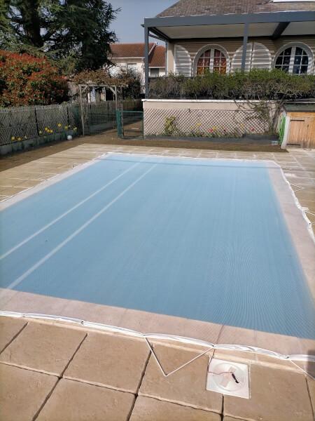 Filet anti salissures pour protéger un bassin de piscine