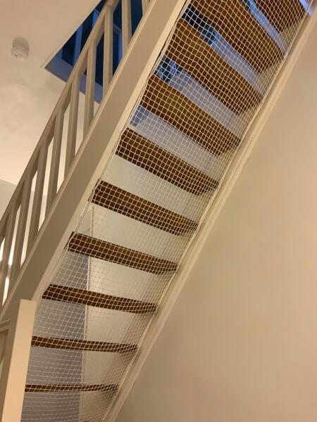Filet de protection animaux en dessous d'un escalier
