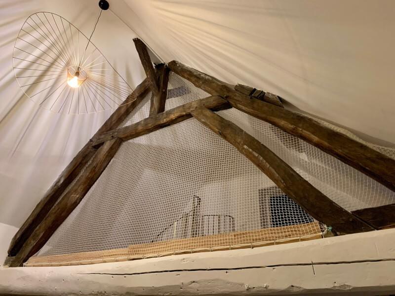 Filet pour sécurisation et fermeture décorative et originale d'une mezzanine
