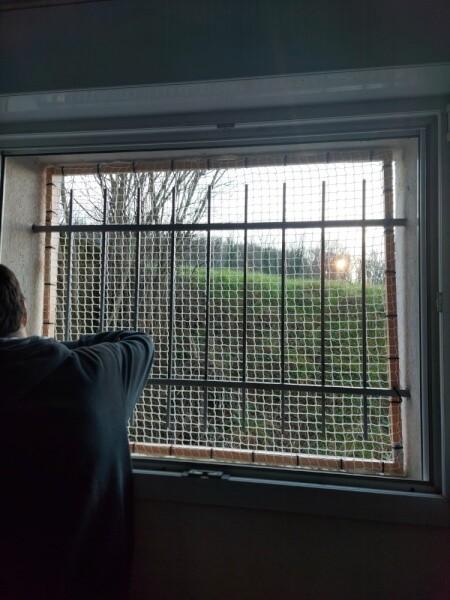 Sécuriser une fenêtre avec un filet de protection enfants