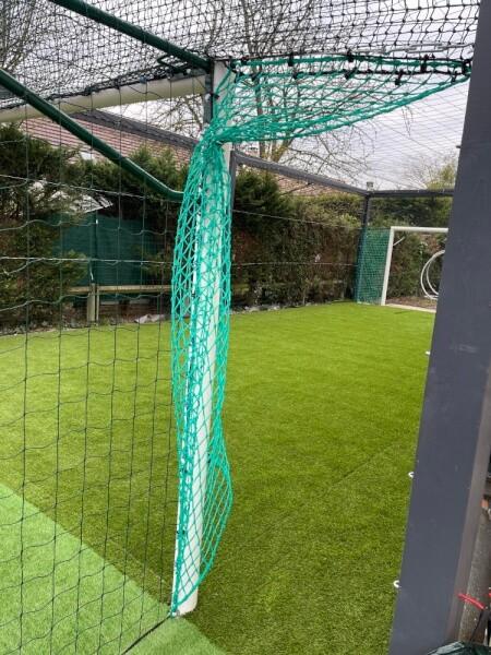 Création d'un terrain de foot dans son jardin avec des filets pare-ballons