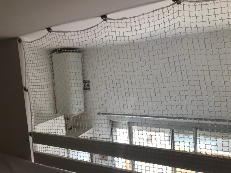 Filet installé en garde fou sur une mezzanine basse