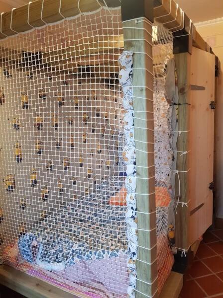 Construction d'un lit sécurisé avec filet de protection pour enfant épileptique