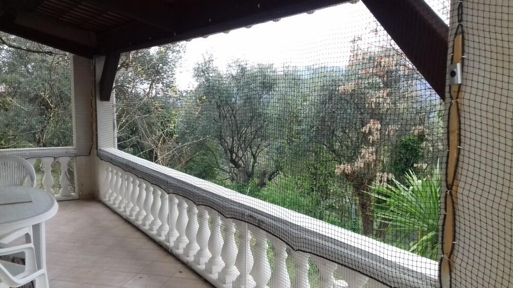 Sécurisation d'une terrasse avec filet pour un chat curieux de courir le monde