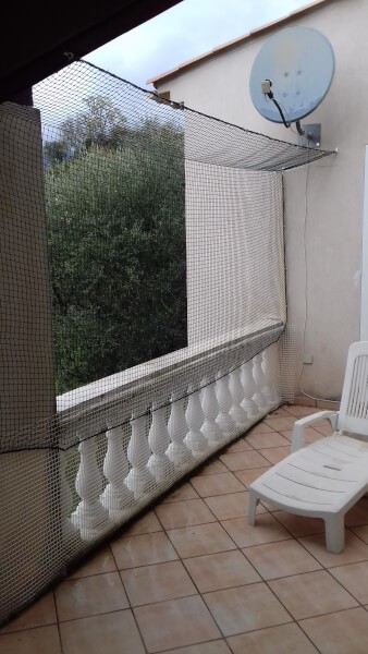 Sécurisation d'une terrasse avec un filet de protection pour chats